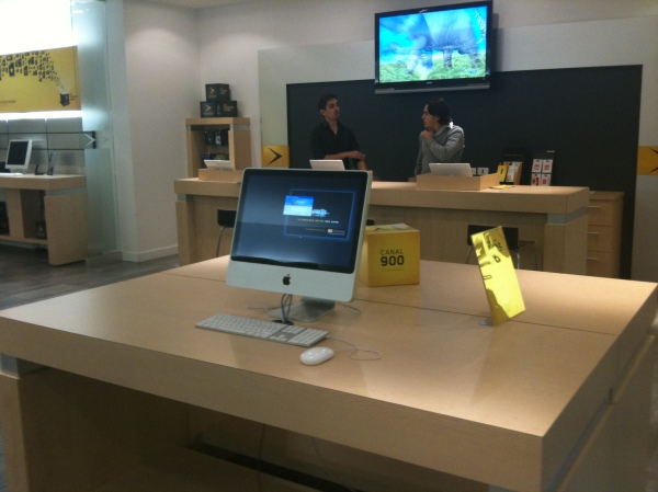 Videotron's iMac on the display floor and three MacBooks at the cash are all running Windows.